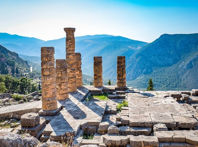 970px-Delphi_Temple_of_Apollo (1).jpg